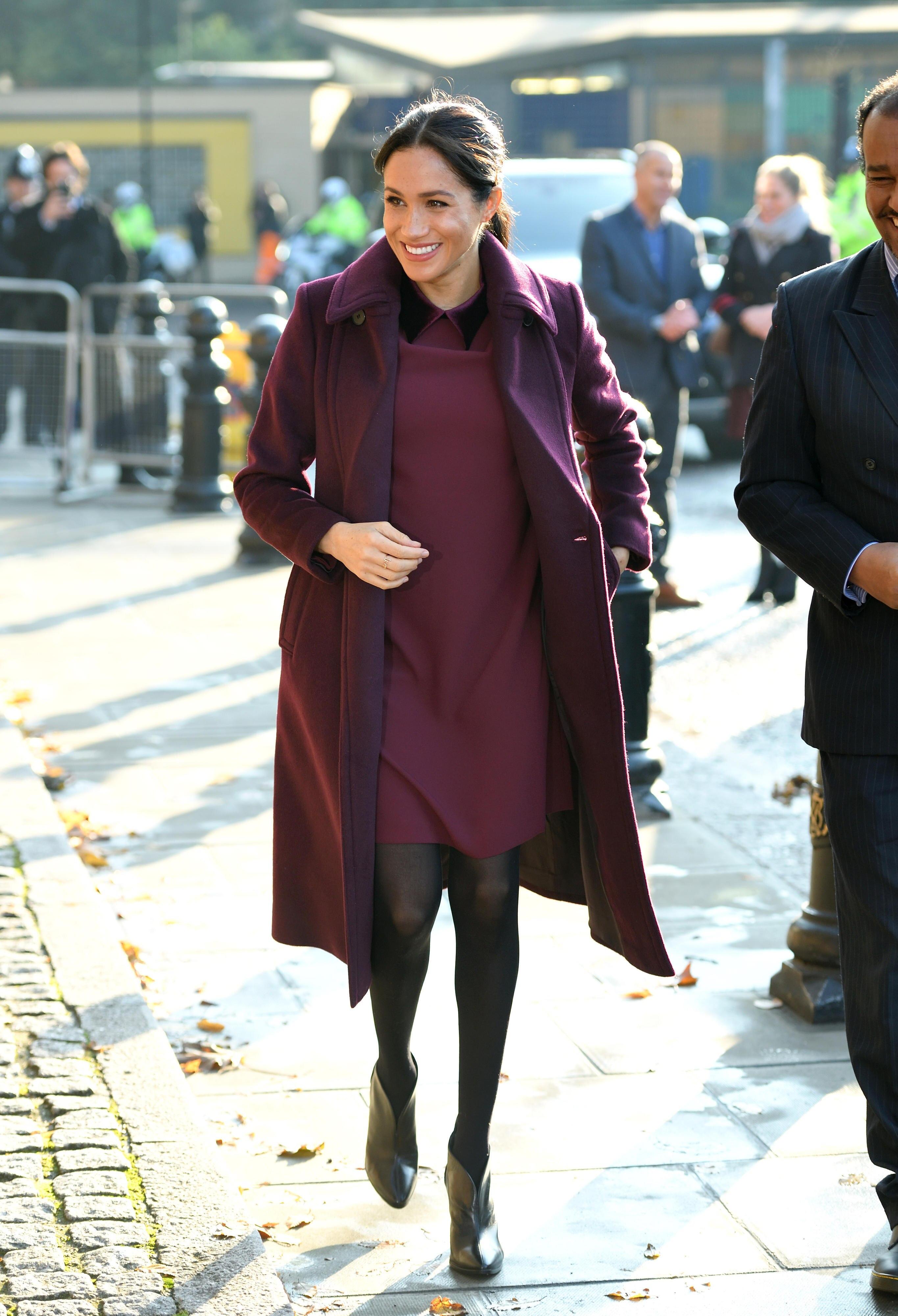 Auch Meghan setzt im Herbst auf burgunderfarbene Klassiker.