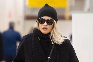 Da will wohl jemand nicht erkannt werden! Sängerin Rita Ora versteckt sich am John F Kennedy Flughafen in New York hinter ihrer großenSonnenbrille. Der Rest ihres Outfits ist komplett in unauffälligem Schwarz gehalten, lediglich ihre rote Prada-Tasche setzt einen farblichen Akzent. Ob sie der Grund ist, dass Rita doch bemerkt wurde?