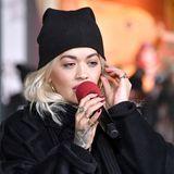 Zeit zum Umziehen hatte Rita offenbar nicht. Nur kurze Zeit nach ihrer Ankunft in New York tritt die Sängerin bei der92.Annual Macy's Thanksgiving Day Parade im Big Apple auf - im Flughafen-Outfit! Sogar ihre Mütze behält Rita auf. Kein Wunder: In New York sind es aktuell frische sechs Grad Celsius.