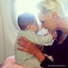 20. November 2018  Die kleine Frida das erste mal auf großer Reise. Diesen süßen Schnappschuss teilt Brigitte Nielsen mit ihren Instagram-Fans. Zu sehen ist die Mama mit ihrer kleinen Tochter Frida im Flugzeug.