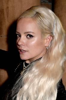 Lily Allen ist in Sachen Haaren äußerst experimentierfreudig. Nach zuletzt schulterlangen und glatten Haaren zeigt sich die Sängerin in London nun frisch erblondet und mit extrem langen Extensions. Die Haare, die sie über eine Schulter gelegt hat, gehen Lily fast bis zur Hüfte. Ihre Frisur pimpt sie mit einer glitzernden Haarspange auf.