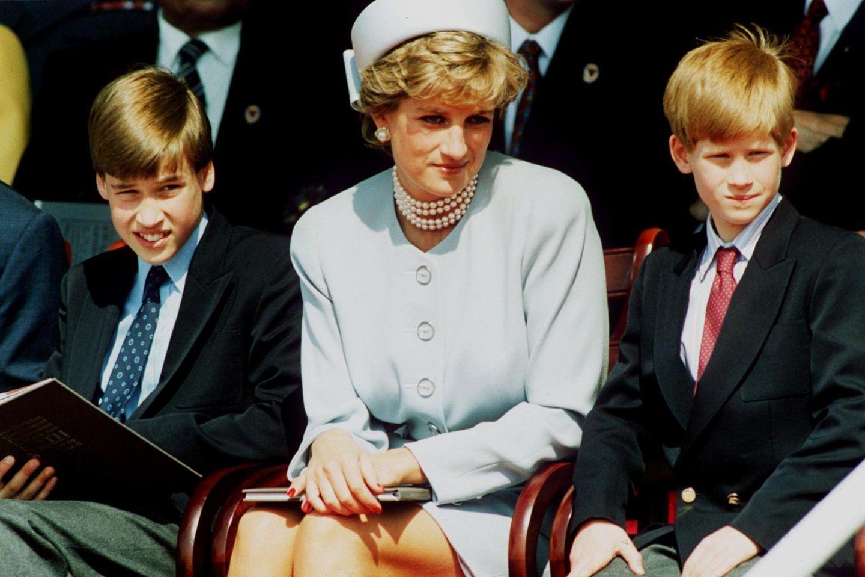 Prinzessin Diana (†) mit Prinz William (l.) und Prinz Harry (r.) 1995