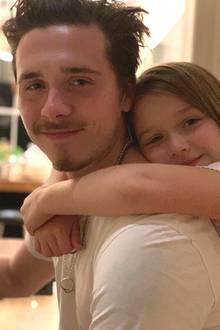 21. November 2018  David Beckham zeigt mit diesem Foto von Brooklyn und Harper seine Liebe zu seinen Kindern. Liebevoll umarmt die kleine Harper ihren ältesten Bruder Brooklyn.