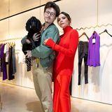 21. November 2018  Das Stilgefühl hat Brooklyn Beckham in jedem Fall von seiner Mutter, der Designerin Victoria Beckham. Fröhlich posiert das Mutter-Sohn Gespann in Victorias Designatelier.