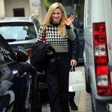 Ende November ist Michelle Hunziker in Mailand unterwegs. Gut gelaunt spaziert sie durch die Straßen der italienischen Stadt. Dabei sieht sie in einem Pullover mit Hahnentritt-Muster gleichzeitig elegant als auch lässig aus. Das Oberteil scheint ihr neuester Liebling zu sein, denn bereits einen Monat zuvor zeigt sie sich darin.