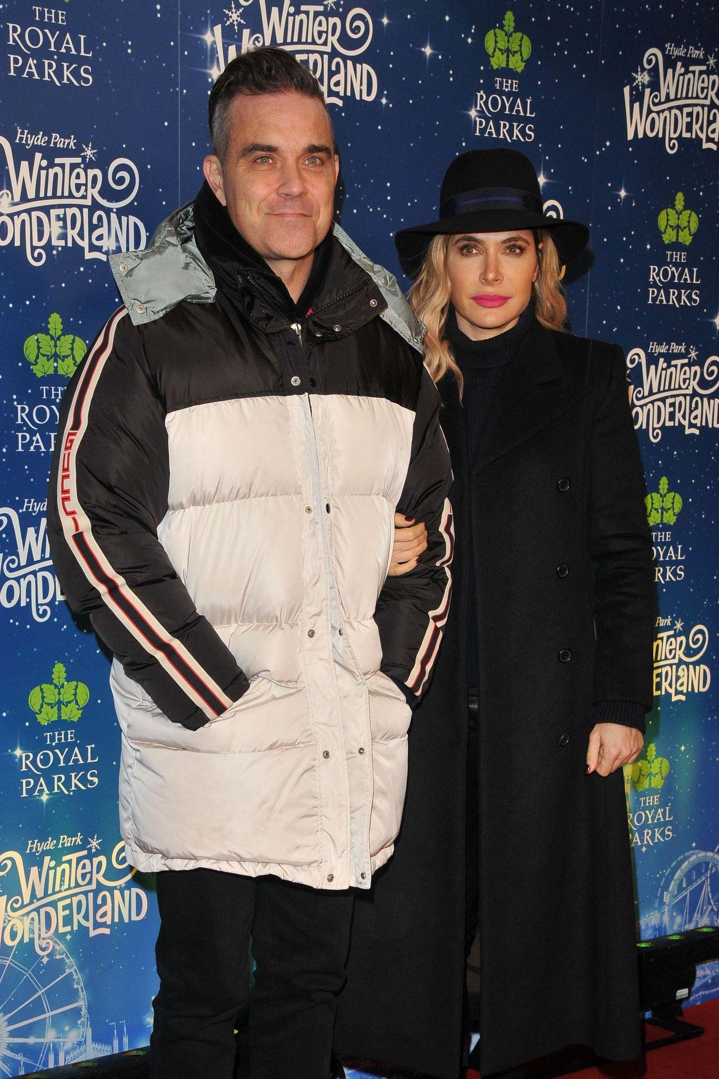 21. November 2018  Bei demHyde Park Winter Wonderland Event erscheinen Robbie Williams und seine Ayda Field passend in winterlichen Outfits.