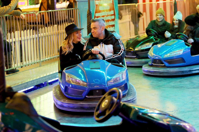 21. November 2018  Wie verliebte Teenager fährt das Pärchen mit dem Autoscooter beimHyde Park Winter WonderlandEvent.