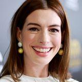 So kennen wirOscar-Preisträgerin Anne Hathaway: Große Rehaugen und dazu eine glänzend braune Haarpracht. Die ändert sie für ihre Rollen aber auch gerne mal. So wie jetzt auch wieder!