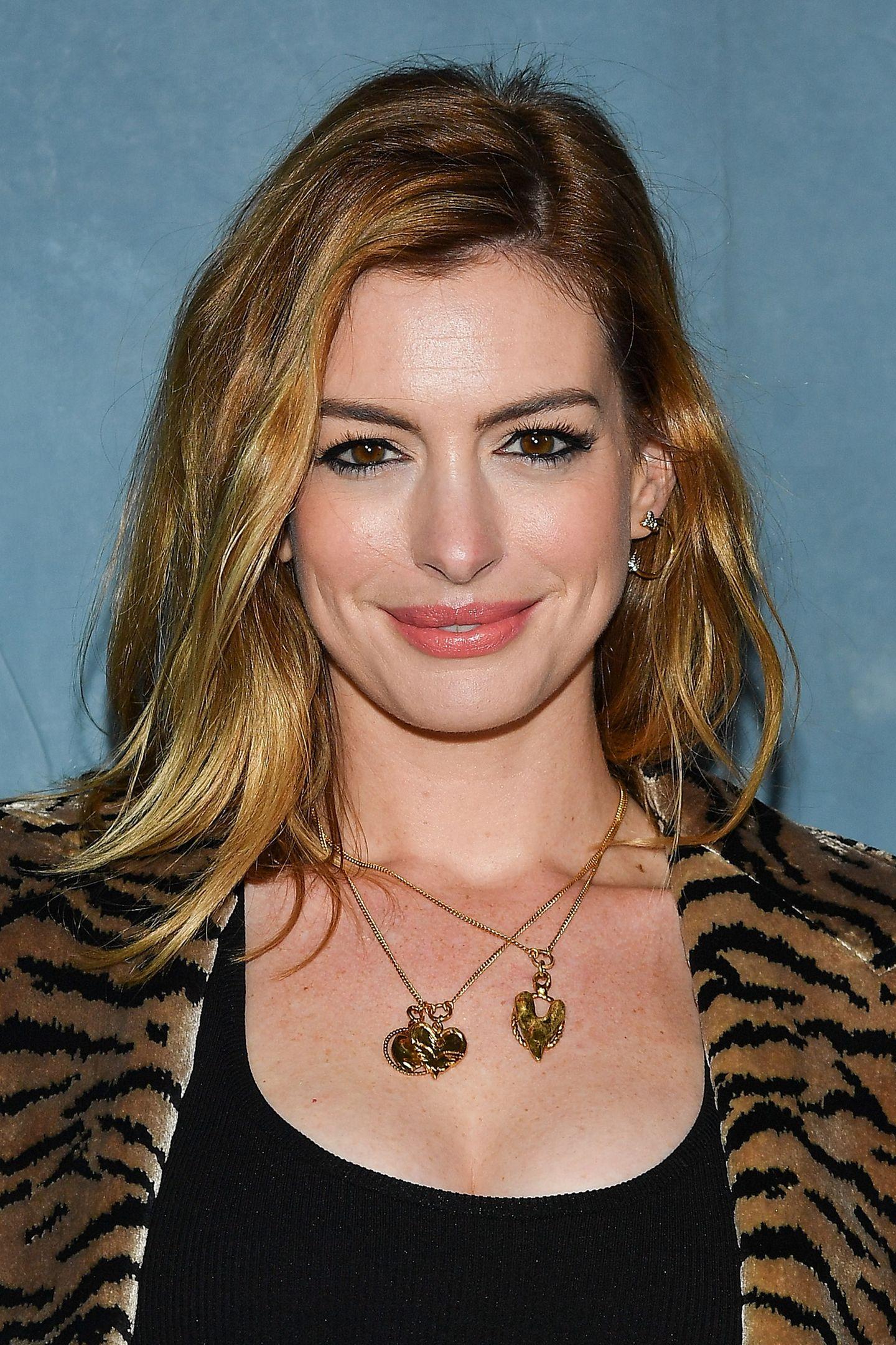 Dunkelblonde und braune Mischtöne trug Anne Hathaway zum Beispiel noch im September 2018 während der Fashion Week in Paris.