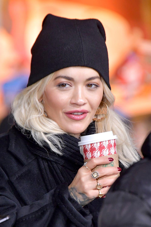 """Sängerin Rita Ora probt für ihren Auftritt bei der beliebten """"Macy's Thanksgiving Day Parade"""". Ein Heißgetränk sorgt für eine kurze Verschnaufpause und eine kleine Aufwärmung."""