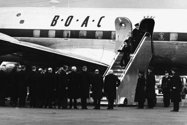 Queen Elizabeth reiste am 7. Februar 1952, einen Tag nach dem Ableben ihres Vaters, zurück nach London. Aufgrund der Trauer im Land, musste die damalige Kronprinzessin den Boden in Schwarz betreten.