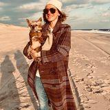 Schauspielerin Naomi Watts verbringt den Feiertag mit Hündchen am Meer.