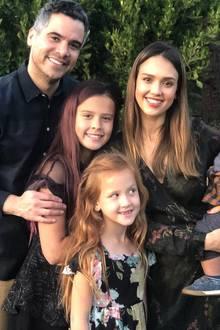 Mit einem süßen Foto der ganzen Familie wünscht Jessica Alba eingesegnetesThanksgiving.