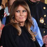 2017  Dieser Look ist der typische für Melania Trump. Ihr Augen schminkt sie dunkel, die Haare unterteilt sie mit einem Seitenscheitel und die Spitzen und Längen werden leicht eingedreht.