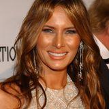 2005  Melania ist nun endlich eine Trump. Sie und Donald heiraten im Januar 2005 in Florida. Ihr Kleid kostet damals 110.000 Euro und ist mit 1.500 Edelsteinen besetzt.