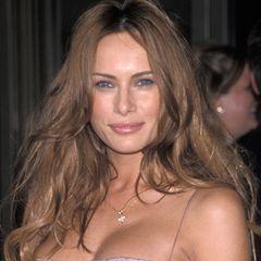 1999  Die Brüste sind gemacht, die Haare um einiges heller - Melania beginnt damit, ihr Aussehen in die Hände von Beauty-Docs zu geben. Auch ihre Nase hat laut Experten nicht mehr die ursprüngliche Form. Sie soll bereits schmaler und die Spitze kleiner operiert worden sein.