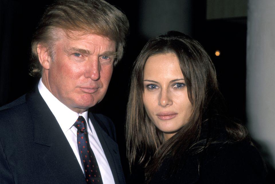 """1998  Melanialernt Donald Trump auf einer Party in New York kennen. Sie heißt noch """"Knauss"""" mit Nachnamen und lebt erst seit drei Jahren im Big Apple. Zuvor modelte sie in Paris, Mailand undMadrid. Nun soll sich ihre Karriere als auch ihr Aussehen ändern."""