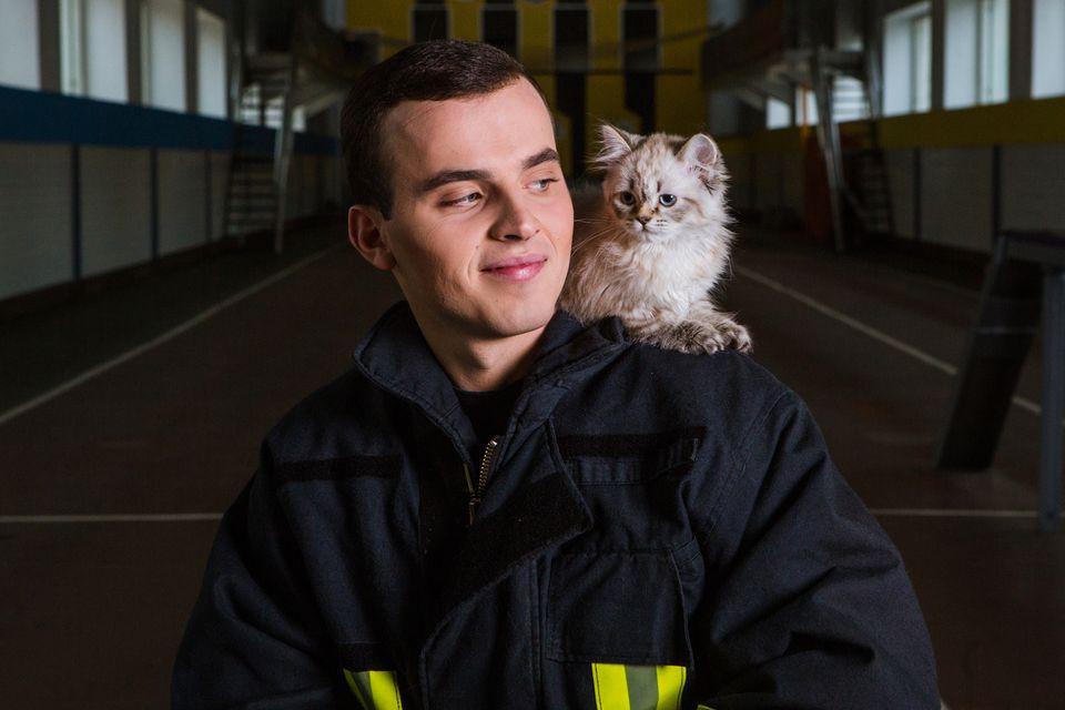 Feuerwehrmann mit Katze