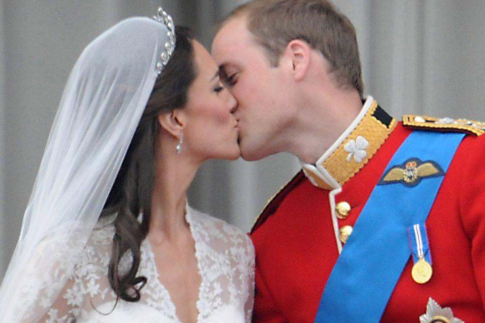 Bei ihrem filmreifen Kuss mit Prinz William fallen Herzogin Catherine die braunen Locken über die Schulter.