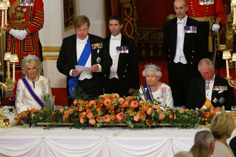 Queen Elizabeth (2.v.r.) mit Prinz Charles (r.), König Willem-Alexander der Niederlande (2.v.l.) und Herzogin Camilla (r.) beim Staatsbankett im Buckingham Palast am 23. Oktober 2018