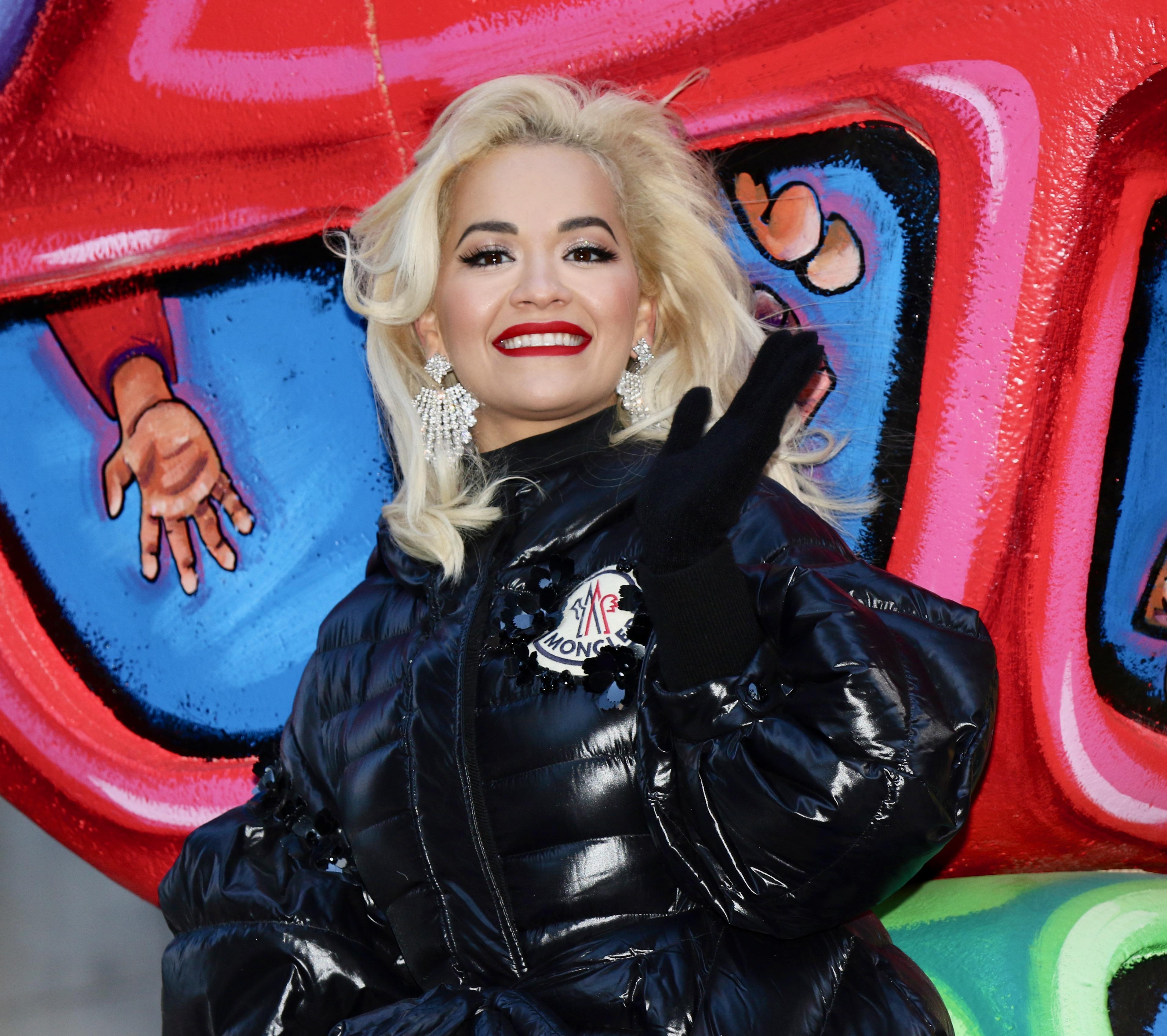 Rita Ora begrüßt die Fans auf der Thanksgiving-Parade in New York.