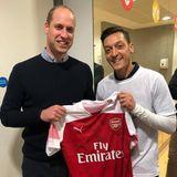 """23. November 2018  Der frühere deutsche Fußball-Nationalspieler Mesut Özil und Prinz William haben 30 junge Führungskräfte der Nichtregierungsorganisation """"Football for Peace"""" geehrt. Fröhlich posieren Prinz William und Mesut Özil für ein Instagram-Foto."""