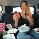Auf dem zweiten Bild, welches die Schauspielerin in Wahrheit an Thanksgiving zeigt, beißt Blake Lively genüsslich in einen Burger.