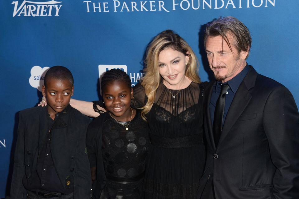 David (l.), Mercy (2.v.l.) mit Madonna und Schauspieler Sean Penn bei einer Charity-Veranstaltung im Januar 2016 in Beverly Hills.