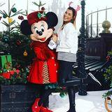 Im Disneyland Paris stimmt sich Jana Ina Zarrella gemeinsam mit Minnie Maus auf die Weihnachtszeit ein.