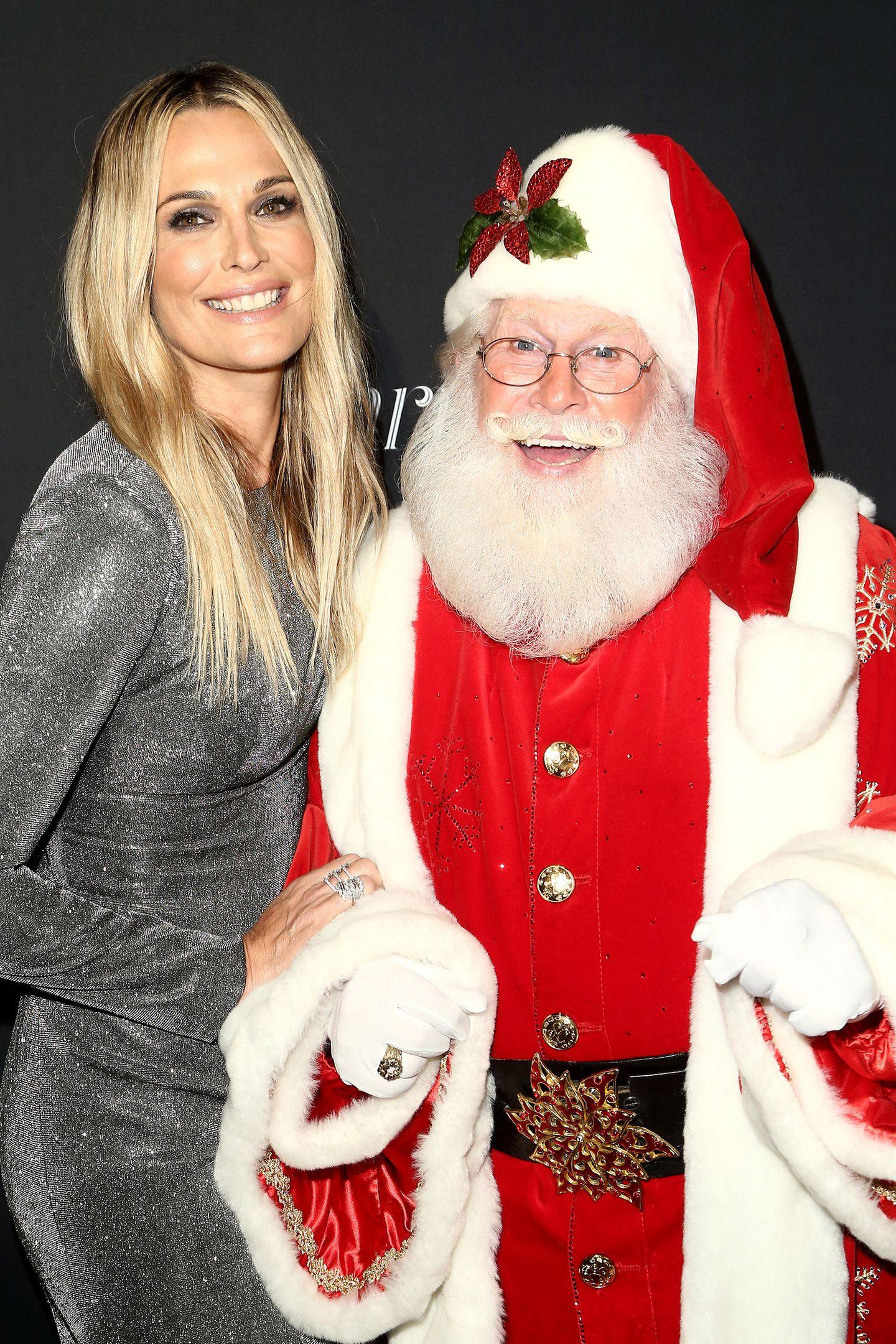 Molly Sims trifft bei einer Veranstaltung in Los Angeles auf den Weihnachtsmann.