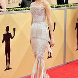 Allison Williams lässt bei den SAG Awards im traumhaften Silberkleid von Ralph & Russo Couture die Zwanziger Jahre wieder aufleben.