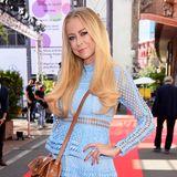 Ihr hellblondes Haar ist beinahe ein Markenzeichen von Schauspielerin Jenny Elvers. Doch nun hat sich die 46-Jährige von diesem Look getrennt. Nach einer schweren Zeit erfindet sich Jenny neu und möchte ihre Alkoholsucht hinter sich lassen. Auf Instagram präsentiert sie ihren Fans eine neue Haarfarbe ...