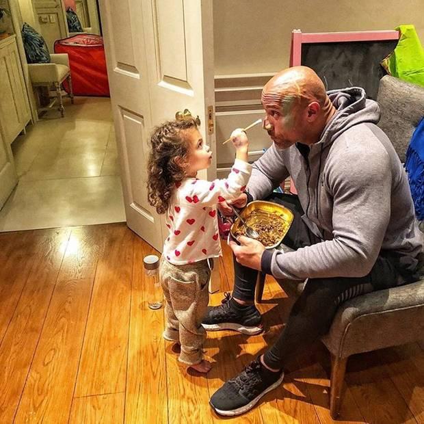 21. November 2018  Eigentlich wollte Dwayne Johnson nur einen schnellen Kuss seiner süßen Tochter Jasmin, bevor es zur Arbeit geht. Die süße Maus hat aber ganz andre Pläne und bittet Papa sein Gesicht anmalen zu dürfen.