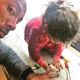 """1.November 2018  """"Ok Baby, gib Papa einen Kuss. Jazzy: Aber Papa, deine Fingernägel müssen doch angemalt werden."""" Für seine kleine Prinzessin Jasmine lässt der der muskelbepackte Vorzeigepapa alles über sich ergehen."""