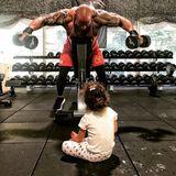 """12. Oktober 2018   Die kleine Jasmine liebt es ihrem Papa beim Workout zuzuschauen. """"Es wärmt mir dasHerz, wenn sie da auf dem Boden sitzt, voller Liebe zu mir hochschaut und sagt: 'Wow, Daddy, du bist so stark'"""", schreibt Dwayne Johnson zu dem Foto aus seinem Fitnessstudio."""
