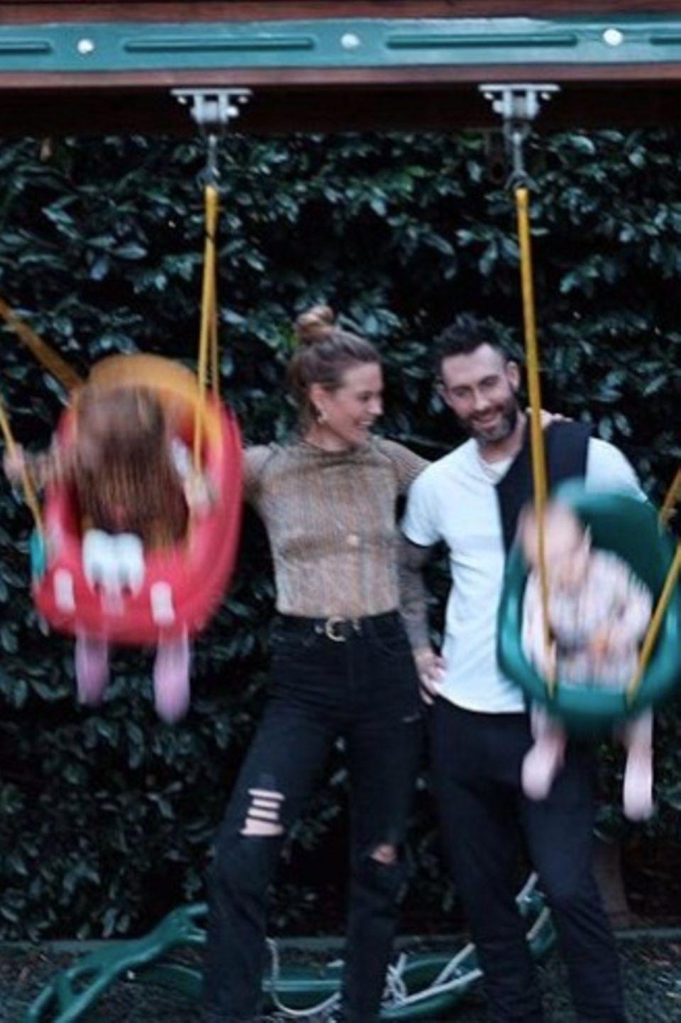 """23. November 2018  """"Dankbar"""", schreibt Model Behati Prinsloo zu ihrem spaßigen Familienfoto. Gemeinsam mit Ehemann Adam Levine, Sänger der Band""""Maroon 5"""", schubst sie ihre schaukelfreudigen Kinder an."""