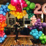 """23. November 2018  """"Happy Birthday an mein süßes Mädchen. Du bist mir teurer als je zuvor.So dankbar, dich in meinem Leben zu haben"""", schreibt Miley Cyrus' Freund Liam Hemsworth. Zusätzlich zu den lieben Worten teilt der Schauspieler ein fröhliches Foto seiner hundeverrücktenFreundin umrahmt von bunten Ballons."""