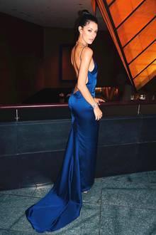 Oh, là, là - Model und Moderatorin Rebecca Mir zeigt sich auf der Laughing Hearts Charity Gala in einem blauen Abendkleid, das ihren Körper perfekt in Szene setzt. Ein tiefes Dekolleté wird von einem noch tieferen Rückenausschnitt getoppt - ein wirklich atemberaubender Auftritt. Edle Accessoires runden den Look ab ...