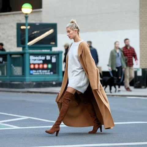 Hailey Baldwin unterwegs in New York - in Overknees. Hot!
