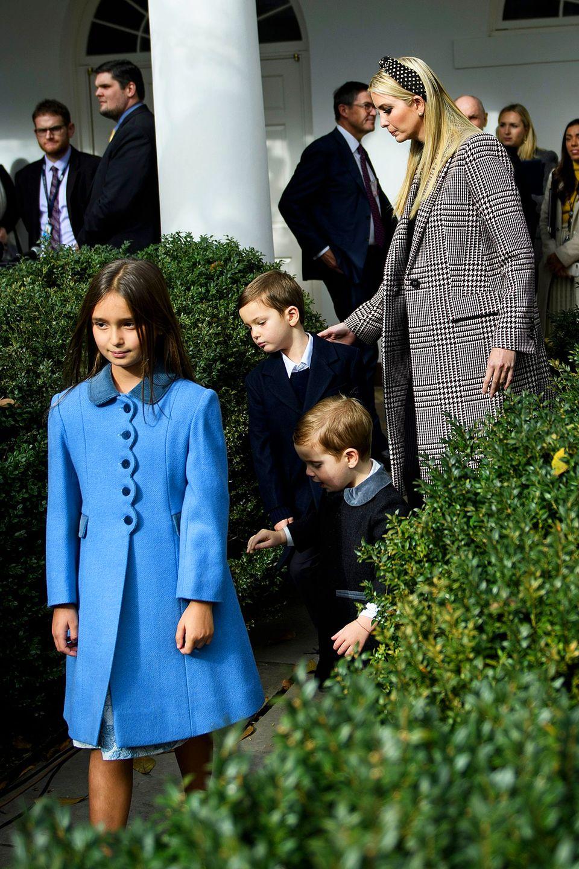 """Für die traditionelle """"Begnadigung"""" des Thanksgiving-Truthahns zeigt sich Ivanka Trump im Karo-Mantel fast zurückhaltend. Aufälliger ist das schon der leuchtend blaue Mantel von Tochter Arabella."""