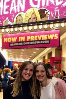 Jennifers Serientochter ist inzwischen zum Teenager herangewachsen!Was allerdings nur wenige wissen: Baby Emma wurde nicht von einem, sondern von zwei Babys gespielt. Die Zwillingsschwestern Cali und Noelle Sheldon wechselten sich mit der Rolle ab. Inzwischen sind die Mädchen 16 Jahre alt.