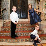 Joseph, Arabella im blauen Seidenkleid und Theodore sehen mit ihren gestriegelten Festtagslooks nämlich so richtig niedlich aus.