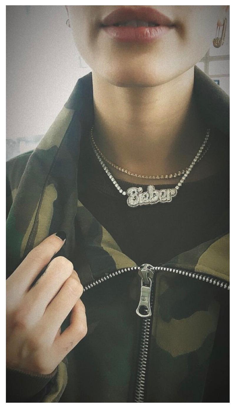 Justin Bieber beglückte Hailey zu ihrem Geburtstag mit einer Diamantkette. Das Highlight der luxuriösen Kette: Der mit Steinen versehene Nachname der beiden.