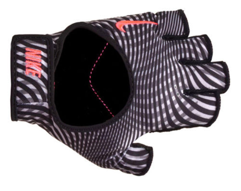 Gewichtheben ist bei Frauen immer mehr im Kommen. Stylisch kann man die Hanteln in diesen Handschuhen anpacken. Von Nike über eBay, ca. 34 Euro.