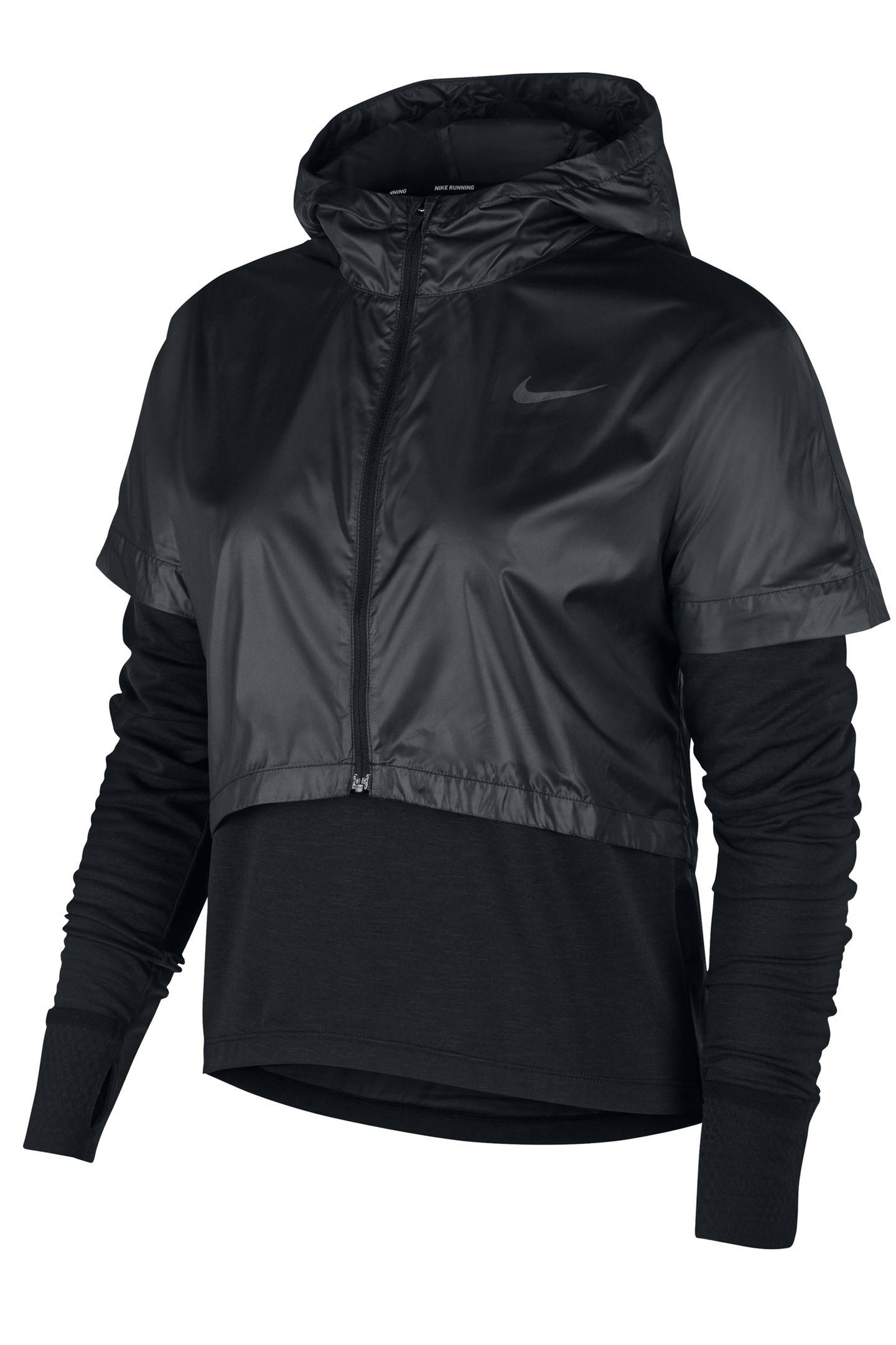 """Mit dem""""Therma Sphere""""-Oberteil lässt sich wirklich jedes überlisten. Regen, Wind, plötzlicher Sonnenschein? Die Außenschicht hält trocken und warm, der Zipper sorgt dafür, dass man es auch während des Runs ausziehen kann. Von Nike, ca. 130 Euro."""