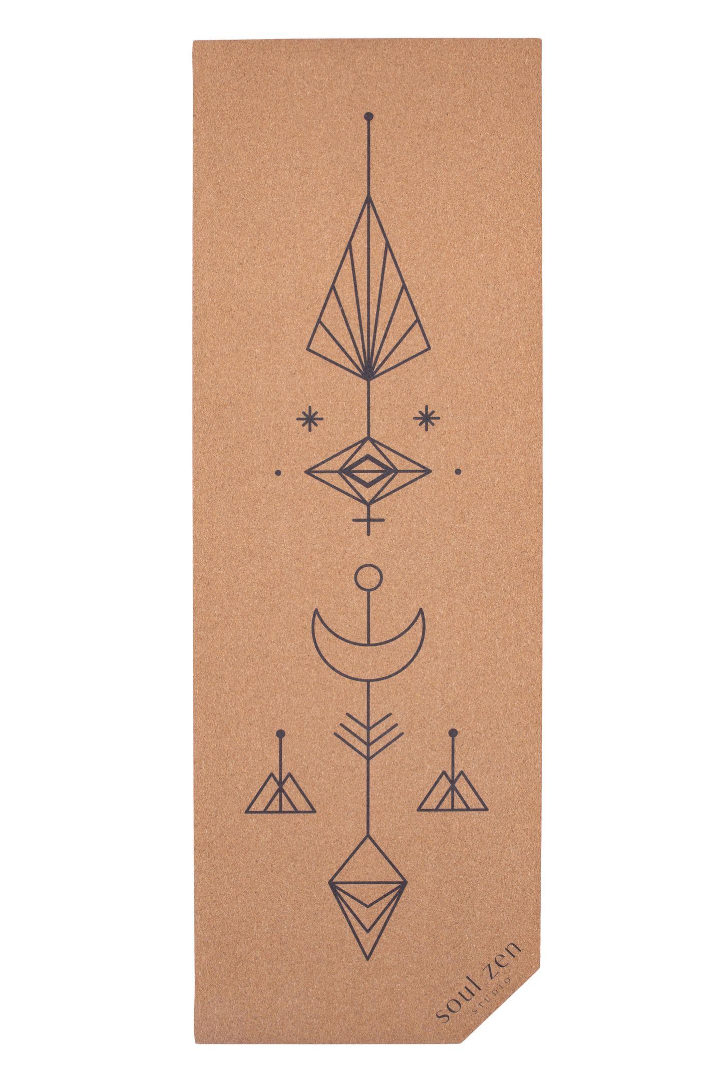 """Im Yoga-Kosmos schwebt uns eine Geschenkidee besonders vor: Die Korkmatte """"Komet"""" von SoulZen, die mit einem graphischen Motiv kommt und uns allein beim Ansehen beruhigt. Von SoulZen, ca. 79 Euro"""