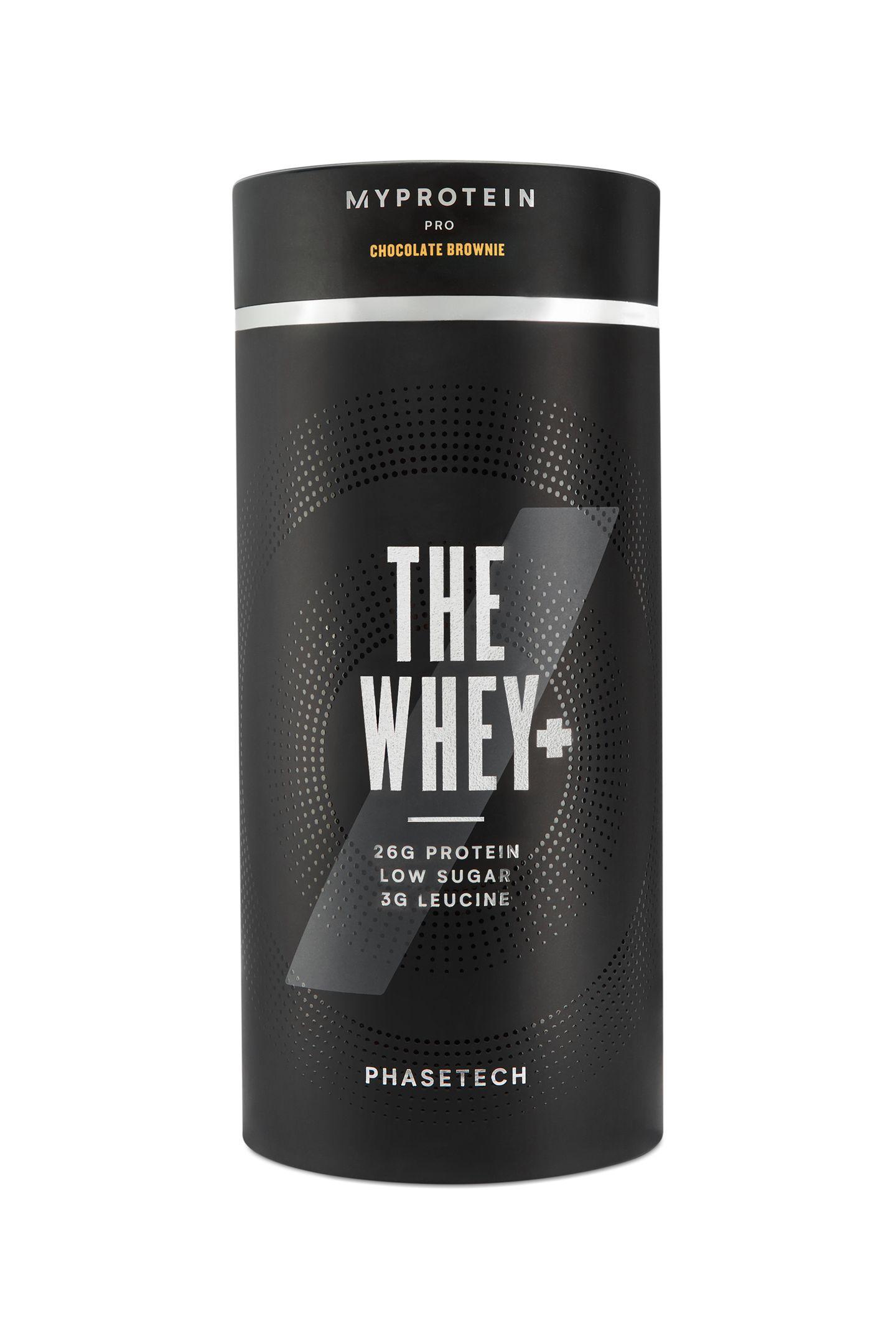 """Nach dem Sport ist vor dem nächsten Proteinshake: Der """"The Whey +"""" unterstützt den Muskelaufbau, sobald es mit Wasser getrunken wurde. Wir lieben die Geschmacksrichtung """"Chocolate Brownie"""". Von Myprotein, ca. 30 Euro"""