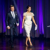 """Seite an Seite betreten Prinz Frederik und Prinzessin Mary die Bühnedes""""Kronprinsparrets Priser 2018"""". Noch vor der eigentlichen Preisverleihungstrahlen die beiden über das ganze Gesicht. Ob das an dem besonderen Kleid liegt, das Mary für diesen Anlass wählt?"""