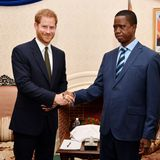 26. November 2018  Auch bei dem Besuch des PräsidentenEdgar Chagwa in Lusaka ist Prinz Harry bestens gelaunt.