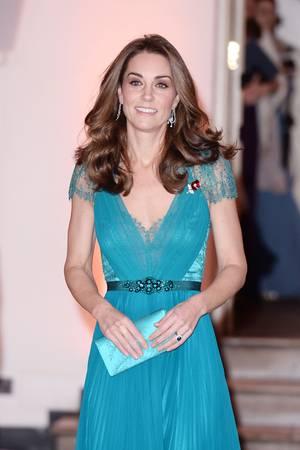 Der Ausschnitt destürkisfarbenenKleid von Herzogin Catherine ist nicht so tief, wie der des Models in der Kampagne.